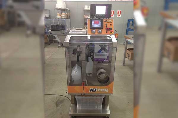 Máquina envasadora e seladora de sachês
