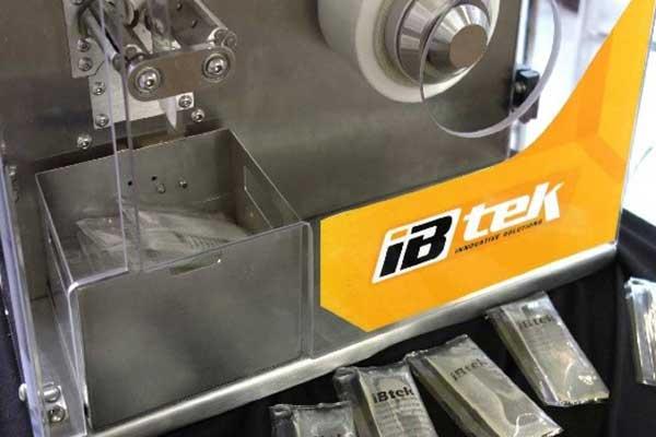 Máquina para envasar mel em sachê